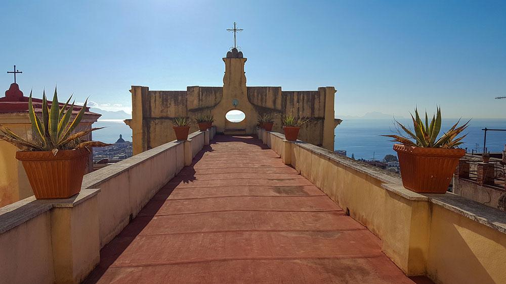 gli hotel con la vista più bella di Napoli si trovano su alberghidinapoli.com