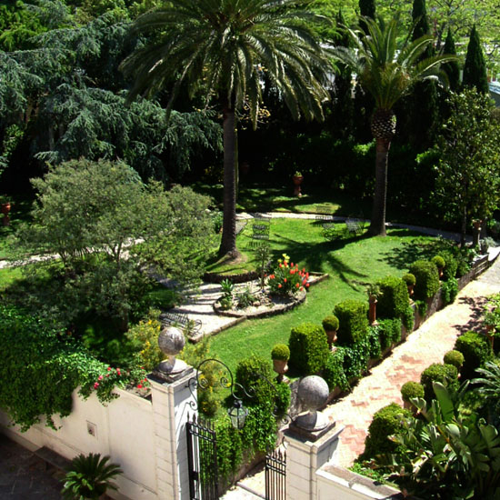 giardino con alberi secolari e piante rare