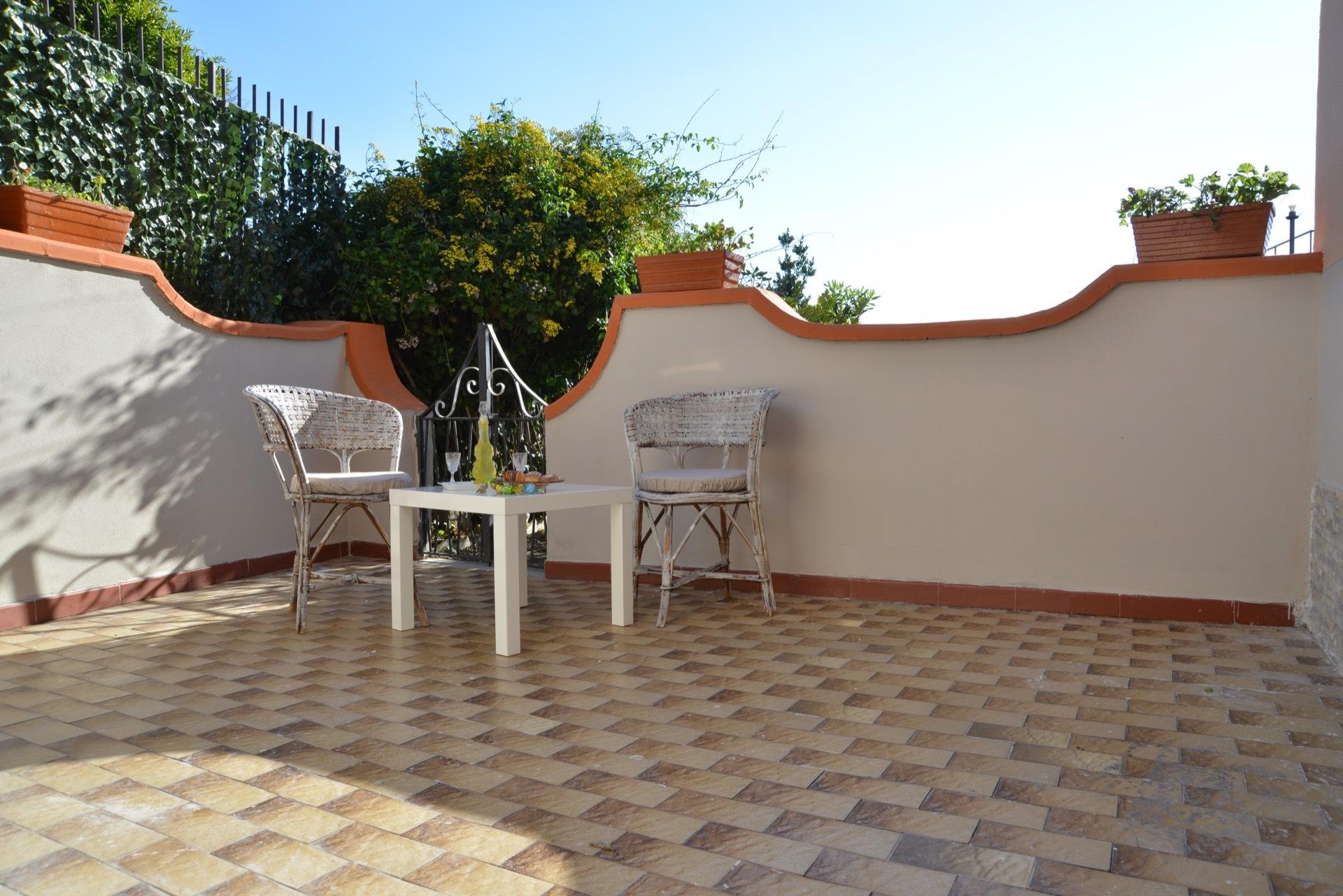 Il terrazzo con ingresso sul giardino